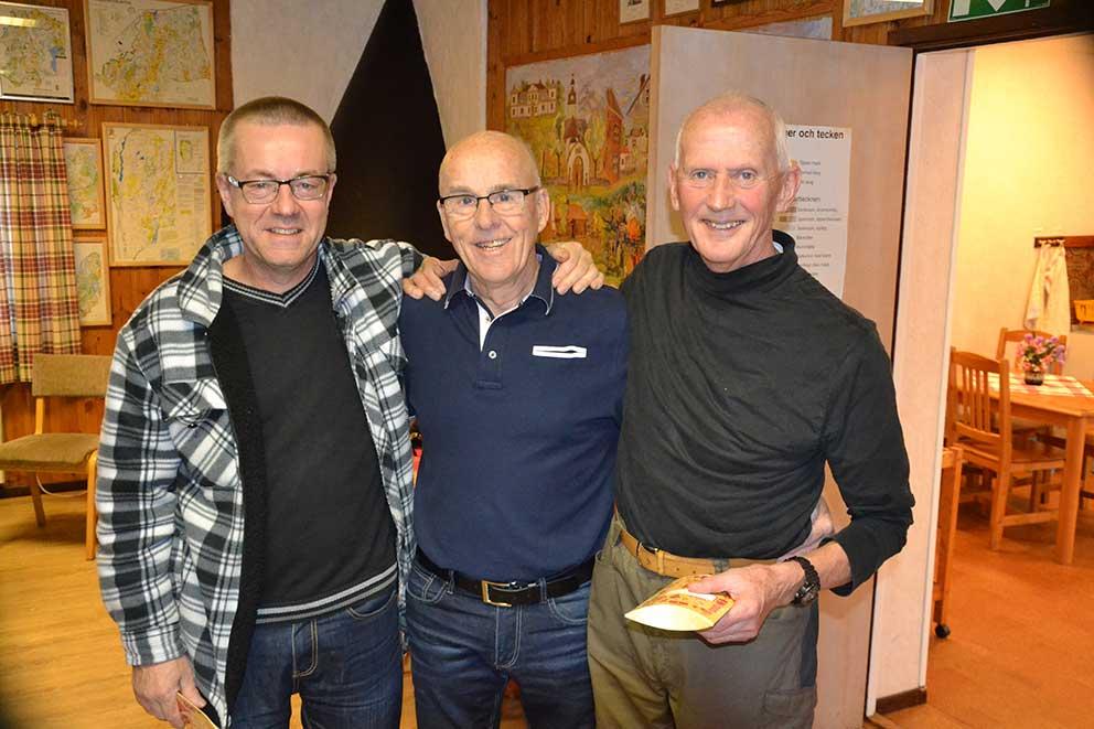 Tävlingsledern Gunnar Ohlsson omges av de båda vinnarna Per Andersson, långa banan, och Torild Bornetun.